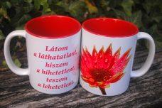 Piros virágos bögre, felirattal