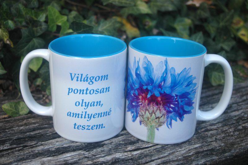 Kék virágos bögre, felirattal